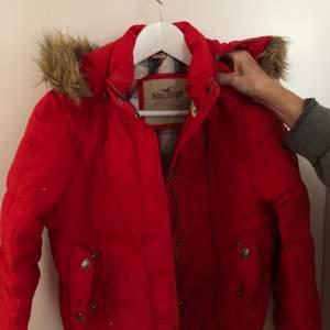 Röd vinterjacka från Hollister, kan fraktas! Strl L, passar S/M