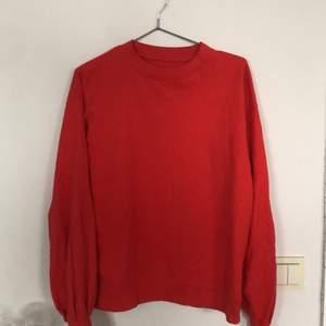 En fin röd sweatshirt i mjukt tyg och fina ärmar. Sitter fint på mig som oftast bär S. Köparen står för frakten!!