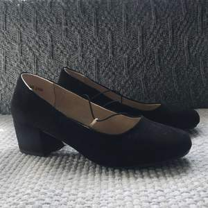 Helt oanvända svarta skor i mocka. Perfekta som finskor eller snyggt till exempelvis ankeljens.
