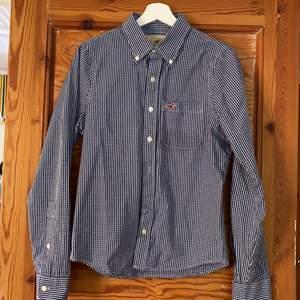 Rutig hollister skjorta i bra skick. Frakt tillkommer