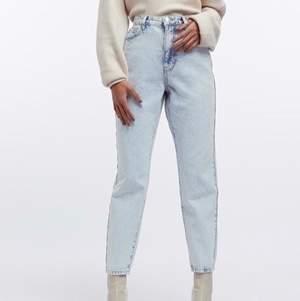 Mom jeans från Gina tricot🎀Säljer dom för dom aldrig kommit till användning! Dom är som nya! Köpte för 500! Dom passar perfekt på mig som är runt 164/165! Köparen står för frakt!