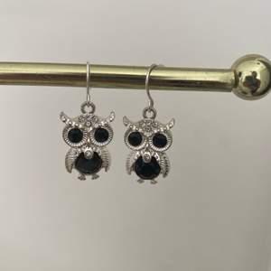 Ett par jättesöta Uggla-örhängen med diamanter. Använda ett fåtal gånger och är därför i mycket bra skick. 25 kr + frakt