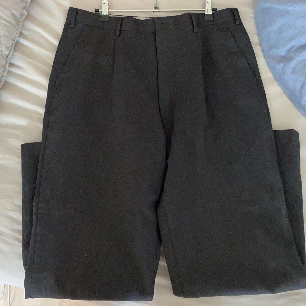 coola kostymbyxor från tokyo, gråa och kritstrecksrandiga. Jeans & Byxor.
