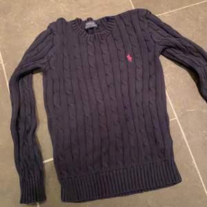 Jättefin mörkblå kabelstickad Ralph Lauren tröja i storlek XS! Superfin som den är men går också att thriftflipa till en trendig väst eller Crop top!