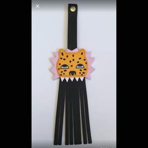 Väsksmycke / Nyckel hänge / Nyckel ring Med Lejon Leopard - Monki  Hängsmycke till väska eller nycklar med lejon / Leopard på. Tillverkad av fuskläder Helt NY - Topp skick  Hänget har tryckknappar för upphängning, se bilder.  Färg: Svart, Rosa, Orange Gul Storlek: 23 x 7,5 cm Märke: Monki Paket mått: 24 x 8 x 2 cm  Varans vikt: 199 g   Maila mig om du vill att jag samfraktar varor så räknar jag ut ett nytt totalt fraktpris. Alla varor finns för upphämtning i Stockholm City.   Alla varor säljs i befintligt skick, se bilder och beskrivning.  Ibland kan färgen på fotona inte överensstämma exakt med varan, ber om ursäkt för det, titta därför på alla bilder.   Jag ansvarar för leveransen av varan fram till dess att jag lämnat in den hos posten.   Rensar mitt hem och min enorma garderob och har därför många auktioner uppe.   Se gärna mina andra varor.  15_JAN_2018