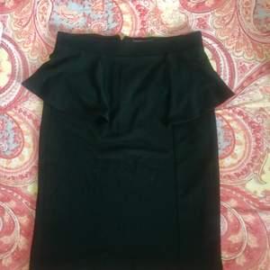Svart kjol i storlek XS. Knappt använd. Köparen står för frakten.