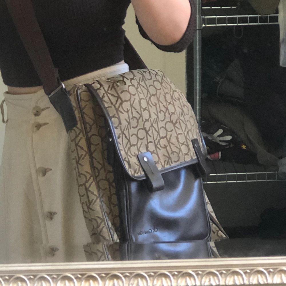 Snygg, CK väska som gått rymmer en dator, praktisk och i mycket fint skick förutom några små repor på lädret (kan skicka bild på det om önskas). Frakt ingår ej. Budgivning om flera blir intresserade. Väskor.