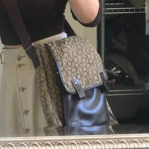 Snygg, CK väska som gått rymmer en dator, praktisk och i mycket fint skick förutom några små repor på lädret (kan skicka bild på det om önskas). Frakt ingår ej. Budgivning om flera blir intresserade