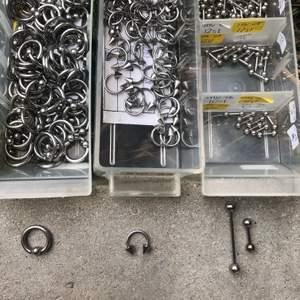 Piercing smycken från företaget Labero. Finns i kirurgiskt stål och i titan. Olika pris beroende på smycke. Såklart helt nya smycken från företaget. Hör av er vid köp och frågor. Pris+frakt.