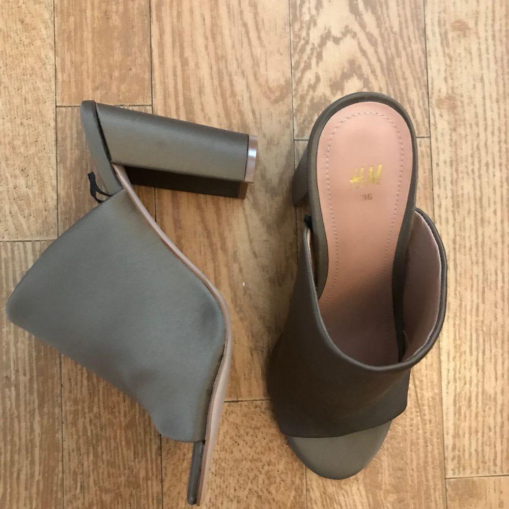 Storlek 36, från H&M. Aldrig använda! Finns i Eskilstuna eller så kan de fraktas som köparen står för. . Skor.