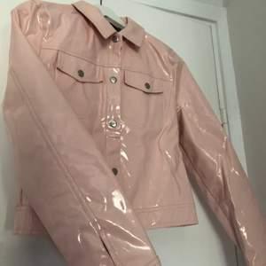 """Säljer min väldigt snygga och annorlunda/coola Puderrosa/pastell-Rosa """"lack"""" jacka. storlek 36, Från missguided. Knappt använd."""