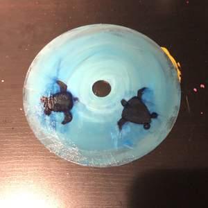 Handmålad cd skiva som föreställer två sköldpaddor🐢🐢✨ Målad med akrylfärg och har ett glansigt lacköverdrag över💞