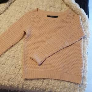Supersöt stickad tröja från Vero Moda! Fin rosa färg, storlek XS. Kan mötas upp i Uppsala/Stockholm, alternativt skicka mot fraktkostnad.💕