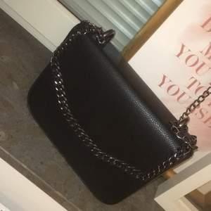 En väska som aldrig är andvänd väskan kommer till midjan på mig som är 154cm