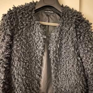 En fin lite tunnare vår/höst jacka med lite fluff päls på. Passar till både klänning & ett par slitna jeans. Frakten tillkommer 🤍