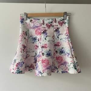 Blommig kjol från Gina med resår i midjan. Stl Xs. I fint skick frakt ingår