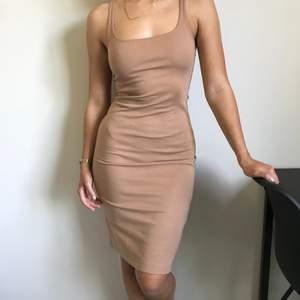 Tight beige klänning!! Den är lite nopprig men inget som syns på längre håll. Har använt den få gånger men tvättats på hög värme därav nopprig!  Köpare står för frakt, tar emot swish☀️💖