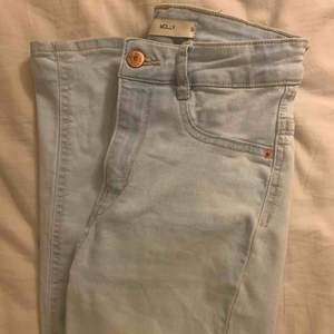 Ljusblå jeans från Gina som är helt slutsålda!! Perfekta för sommaren. Högmidjade Molly jeans.