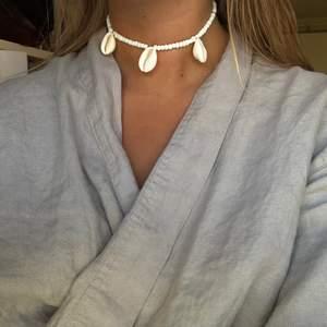 🐚SNÄCKHALSBAND🐚 Kostar 85kr (Inkl frakt) SWIPE FÖR STYLINGTIPS. De andra halsbanden på bilderna är också till salu☀️👌🏼⚡️🐚