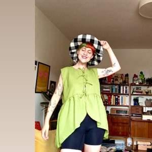 En väst eller ja varför inte en blus, gjord i grönt linne tyg. Går att ha som oversize (som jag på bilen) eller ja inte! Egensydd finns att hämta i gbg eller posta