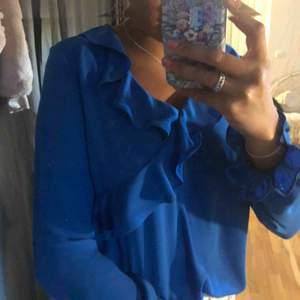 Fin blå blus från Gina tricot i fint skick, köparen står för frakt