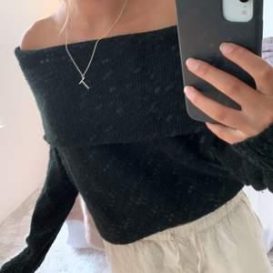 En svart off-shoulder tröja från h&m, jätte skön och passar till allt.