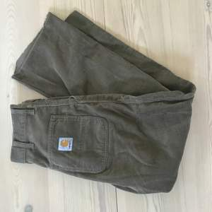 Carhartt manchesterbyxor i stretchigt material och hög midja. Benen är avklippta till en 30 längd, frakten ingår i priset💛