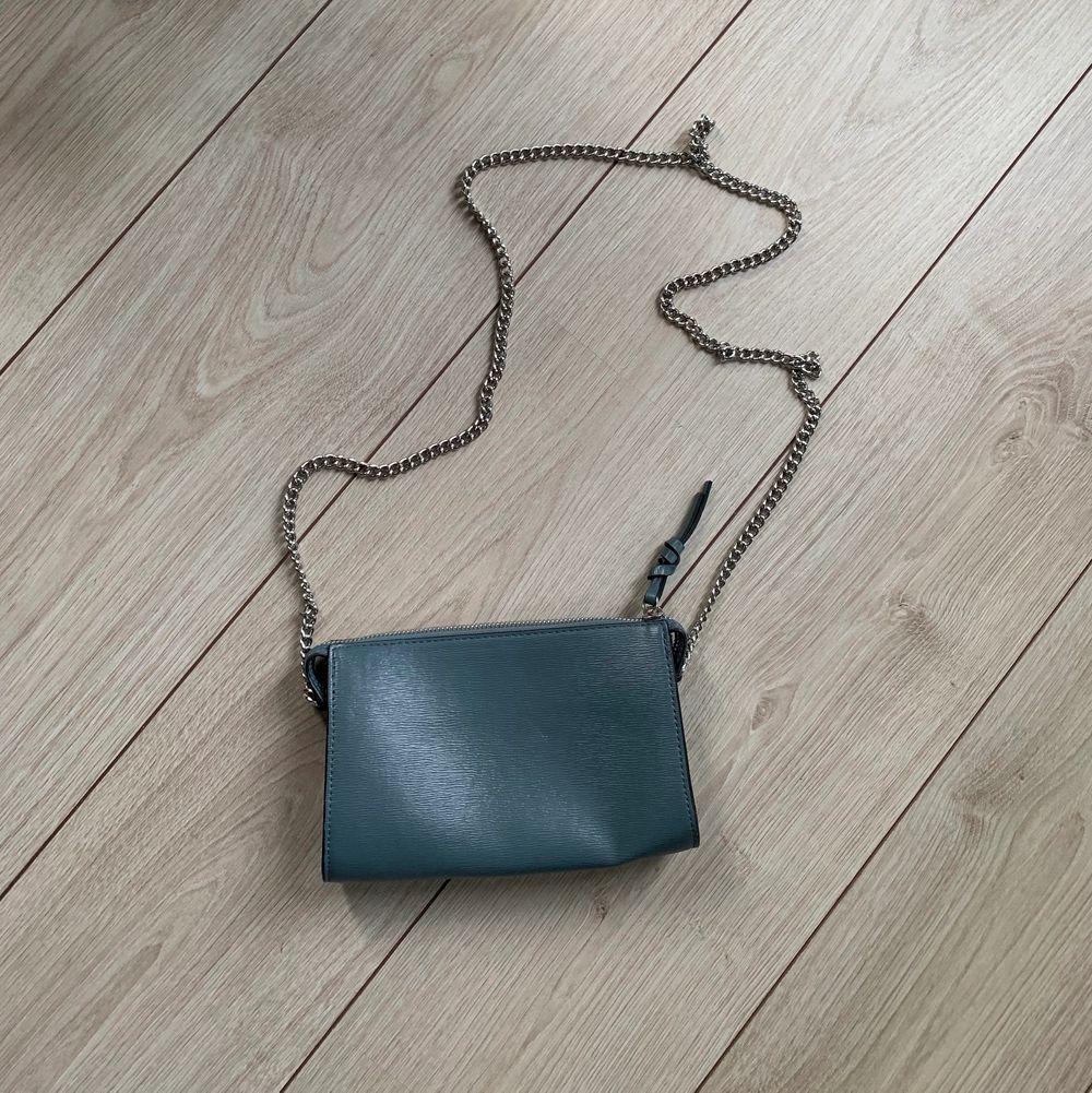 En superfin blå väska i fint skick. Används inte längre. Frakt tillkommer. Väskor.