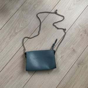 En superfin blå väska i fint skick. Används inte längre. Frakt tillkommer