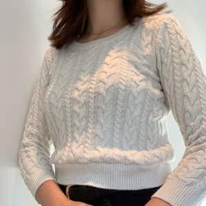 Stickad krämvit tröja från H&M. Den är uppsydd av mig. Köpte den på secondhand men har inga synliga defekter