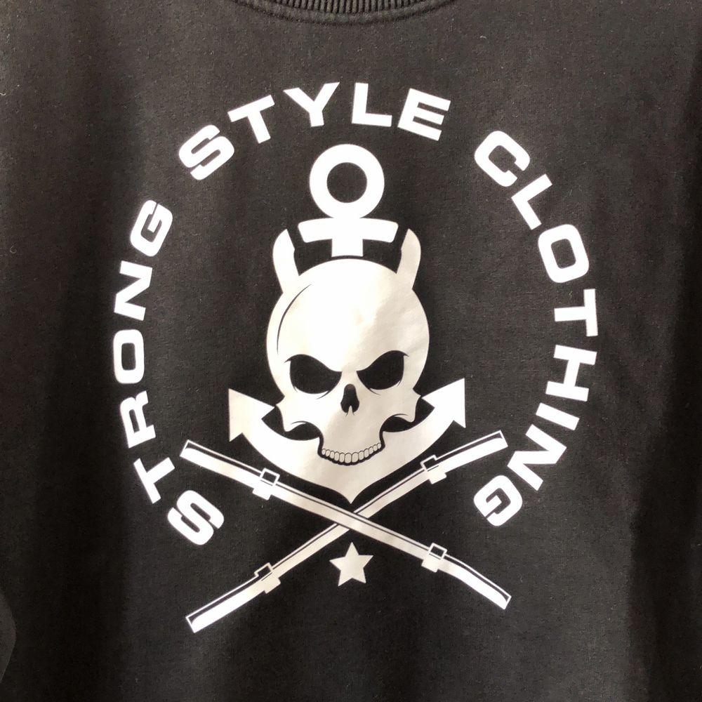 Cropped träningströja i ekologisk bomull från Strong Style Clothing. Huvtröjor & Träningströjor.