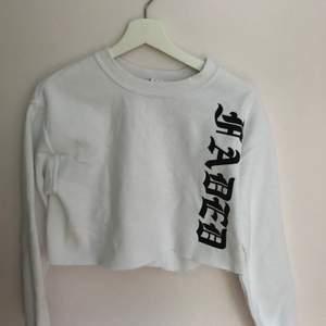 En fin croppad tröja från MADLADY, använd fåtal gånger. Säljs för att den ej kommer till användning.