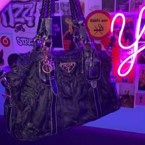 Intressekoll på min prada väska, den är i väldigt använt skick men fortfarande hur snygg som helst. Inte helt säker på om jag ska sälja!