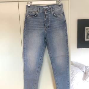Mom-jeans i storlek S. Från BikBok