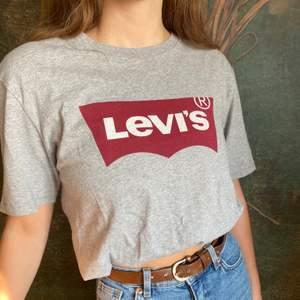 En sjukt snygg levi's T-shirt! Knappast använd och precis i nyskick🤩💖 Storleken är M, som ni ser på bilden är den lika snygg att vika upp. *Modellen på bilden har vanligtvis xs/s*. Orginal pris:300kr. Vårt pris: 80kr:) Fynda en perfekt T-shirt och spara 220 spänn! Gör en tjänst för miljön och din plånbok😉💖