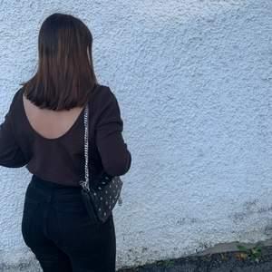 En brun sweatshirt med öppen rygg ifrån Nakd. Använt den endast två gånger så den är så gott som ny. 🧡 köpare står för frakt