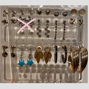 Massa olika örhängen som nu säljs eftersom de inte kmr till användning!(Jag vet ej vad de är i för material!) De kostar alla men olika och skriv därav privat om ni vill veta ngt pris!🥰