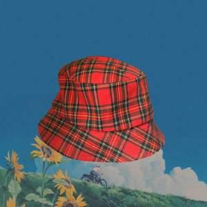 Snug och trendig buckethat i toppen skick, var min mammas på 90-talet. Köparen står för frakten :)