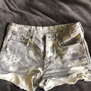 Gråa shorts med mönster storlek 34, bra skick