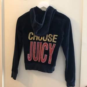 Supercool hoodie från Juicy couture, marinblå med tryck på ryggen, storlek small