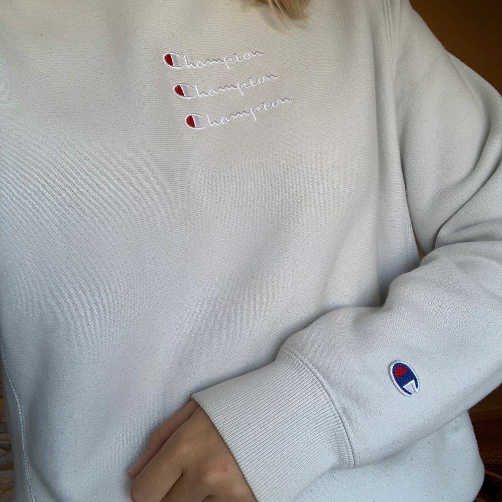 Favorit tröja från champion i en underbar ljusblå färg! Fint skick, köpt för 700 kr i London 😍 Buda i kommentarsfältet från 400kr . Tröjor & Koftor.