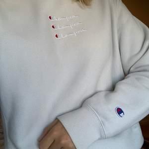 Favorit tröja från champion i en underbar ljusblå färg! Fint skick, köpt för 700 kr i London 😍 Buda i kommentarsfältet från 400kr