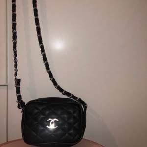 En liten Chanel väska som är en kopia. Ej använd. Mellan 80-100kr. Priset kan diskuteras så buda gärna i kommentarerna. Frakt kostar men möts hälst i Stockholm.