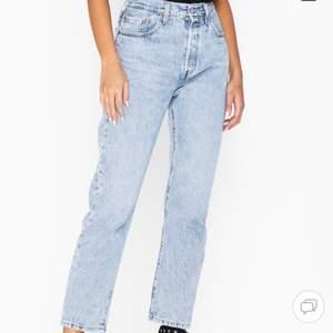 Sjukt snygga levis mom jeans som tyvärr knappt används längre. De är i storlek W24 L26, passar XS. Jättefint skick då de bara använts några gånger. Nypris 1149kr men tänkte mig 300kr+frakt🤍