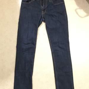 Mörkblåa, ganska lågmidjade jeans med en trendig bootcut. Säljer för att de är för tajta för mina lår. 🤍Modet från början 2000-talet är tillbaka, de här byxorna är ett utmärkt plagg för den aesthetic.🤍Köparen står för frakt. 🤍