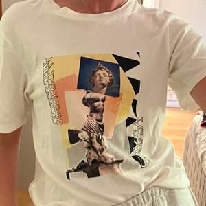 Trendig t-shirt från Carin Wester. Str XS men är oversized. Frakt tillkommer på 44kr🥰