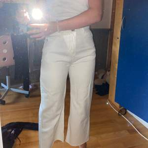 Ett par snygga jeans som jag andvändt fåtal gånger. Passar xs/s. Originalpris: 450kr! Säljer pga felköp. Betalar inte leverans☺️