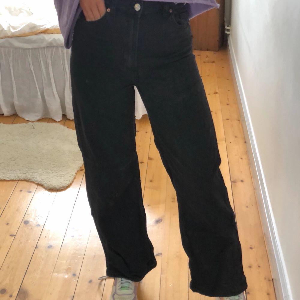 Svarta raka jeans från H&M. Sparsamt använda. Nyrpis närmare 400kr. Storlek 36. 100% bomull. Jag är 173cm lång. Jag står för frakten. PM vid frågor eller funderingar!. Jeans & Byxor.