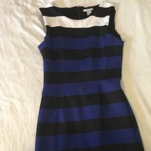 Randig klänning med färgerna blå, vit & svart ifrån H&M. Har en vacker siluett. Är aldrig använd. 🤍 Köparen står för frakt. 🤍