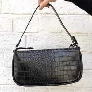 Söker en liknande väska i svart!! Hör av er